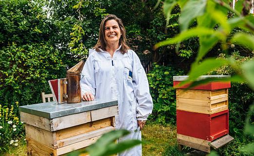 ruche-abeilles-jardin-sourire-tenue-combinaison-protection